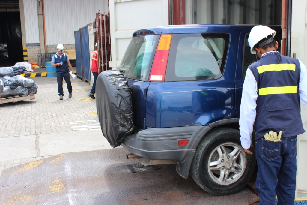 Unloading the container at Contecar